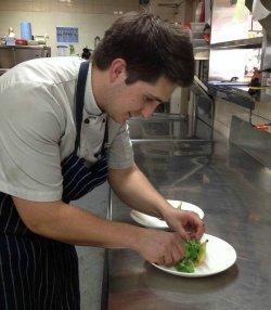kucharz przyrządzający potrawę