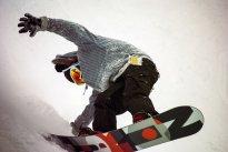 snowboard na śniegu
