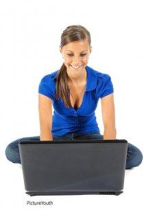 kobieta pracująca przez komputerem
