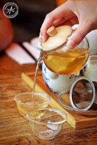 """serwis   <div style=""""text-align:justify"""">Srebrzysto-szary lub też srebrno-biały kolor biała herbata zawdzięcza procesowi wytwórczości. Pączki przy kwitnięciu [TAG=rośliny' title=&#8217;herbata jaśminowa' style=&#8217;margin:6px;&#8217;/></p> <div class="""