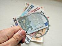 pieniądze pod lupą